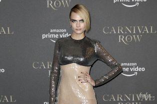 Ну как так можно: Кара Делевинь в дорогом вечернем платье и с облезлым маникюром пришла на премьеру фильма