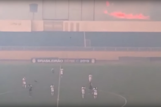 В Бразилии прервали футбольный матч из-за ужасного пожара рядом со стадионом
