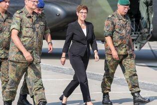 Выбрала классику: новый министр обороны Германии на встрече с солдатами