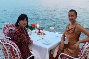 Супермодель Ирина Шейк показала свою маму в купальнике