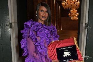 Смело: 64-летняя модель в роскошном платье от Valentino сверкнула обнаженной грудью