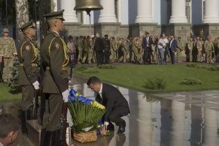 Зеленский почтил погибших на Востоке возле колокола памяти