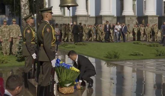 Зеленський вшанував загиблих на Сході біля дзвону пам'яті