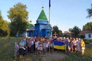 В селе на Виннитчине верующие УПЦ МП сорвали украинский флаг возле церкви