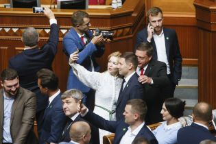 Тимошенко сменила прическу, а Порошенко уронил удостоверение. Каким было утро в Верховной Раде