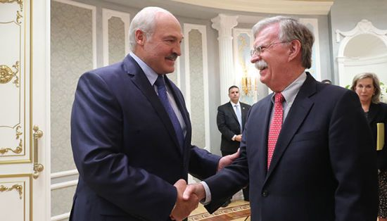 """Лукашенко назвав візит Болтона """"історичним"""" і запропонував почати відносини зі США """"з чистого аркуша"""""""