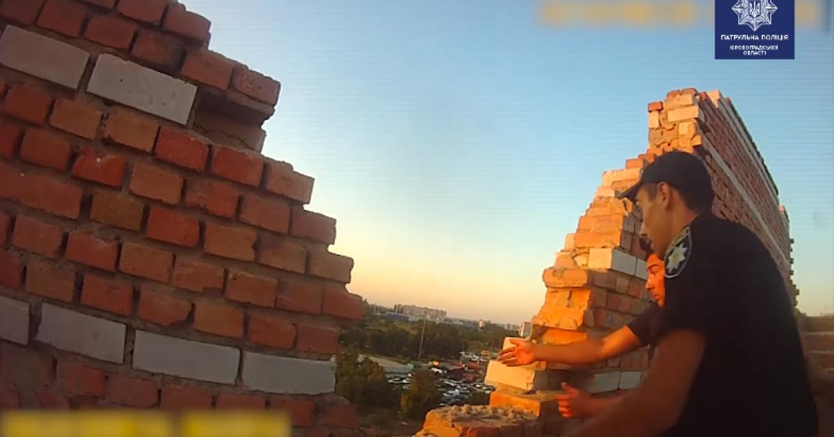 В Кропивницком девушка пыталась прыгнуть с 8-го этажа - ее спасли патрульные. Обнародовано видео