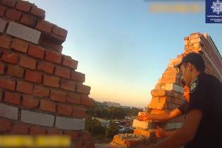 У Кропивницькому дівчина намагалася стрибнути з 8-го поверху - її врятували патрульні. Оприлюднено відео