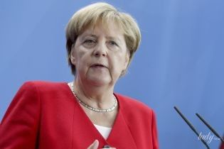 В красном жакете и туфлях с бахромой: Ангела Меркель на пресс-конференции