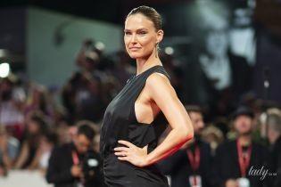 Красива та вагітна: Бар Рафаелі в лаконічній сукні позувала перед камерами на Венеційському кінофестивалі