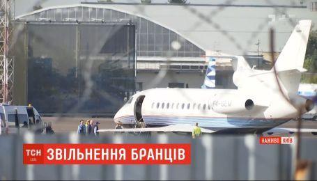 """Из-за информации о возможном обмене пленников Кремля их родственники прибыли в аэропорт """"Жуляны"""""""