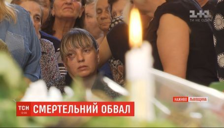 К подъезду, который обрушился в Дрогобыче, люди несут цветы, лампадки и мягкие игрушки