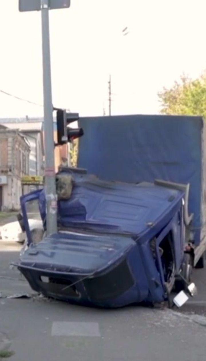 Кабина грузовика с водителем упала во время движения в Днепре