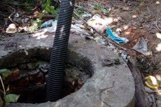 Под Ровно коммунальщики отравились опасными испарениями из канализации, один из них - насмерть