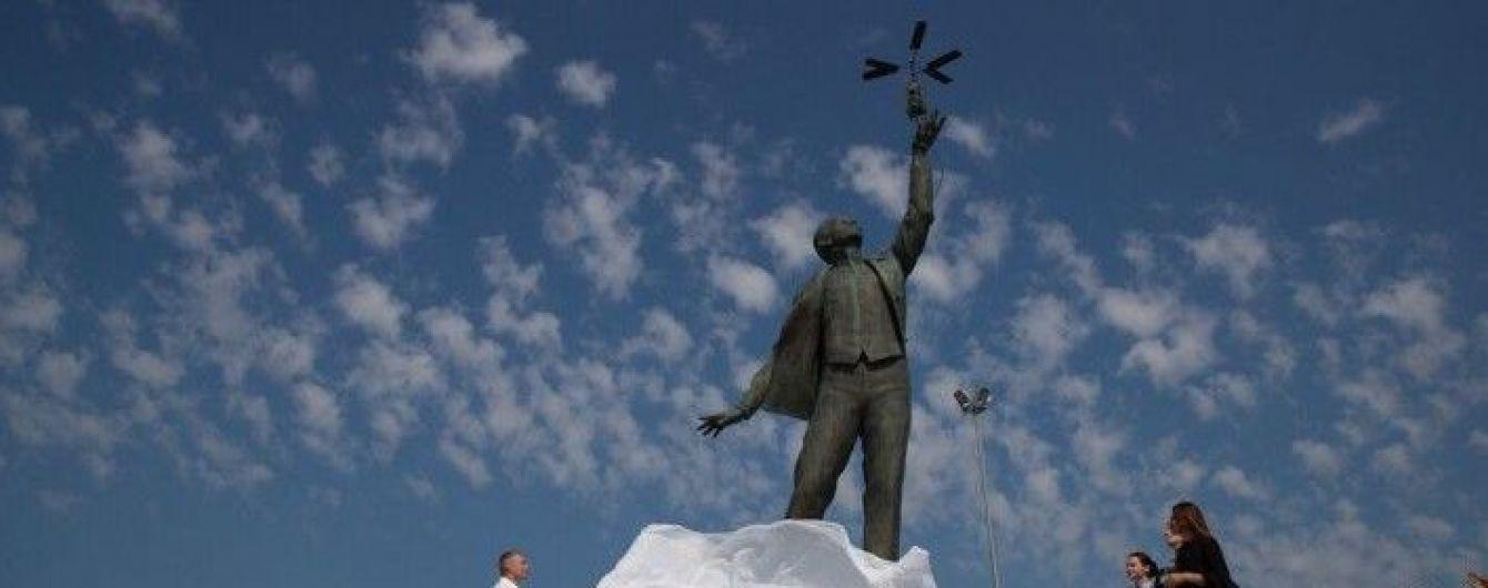 У Києві біля аеропорту відкрили пам'ятник видатному авіаконструктору Сікорському