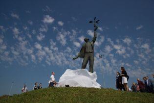В Киеве возле аэропорта открыли памятник выдающемуся авиаконструктору Сикорскому
