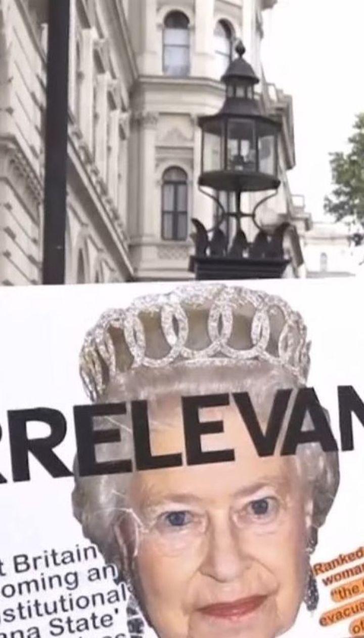 Перед резиденцией Бориса Джонсона в Лондоне собрались возмущенные протестующие