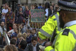 """В Лондоне под резиденцию Джонсона пришли с плакатами """"Позор премьер-министру"""""""