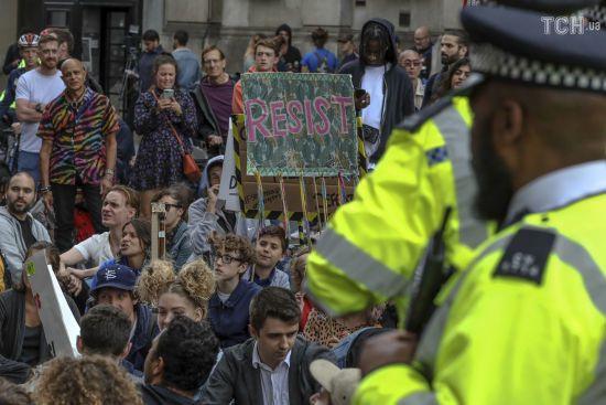 """У Лондоні під резиденцію Джонсона прийшли з плакатами """"Ганьба прем'єр-міністру"""""""