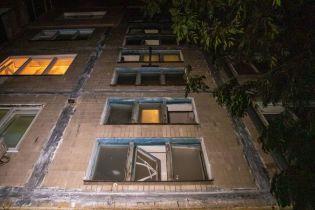 В Киеве 50-летний мужчина вышел покурить и выпал из окна
