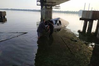 В Днепре автомобиль внезапно скатился в реку