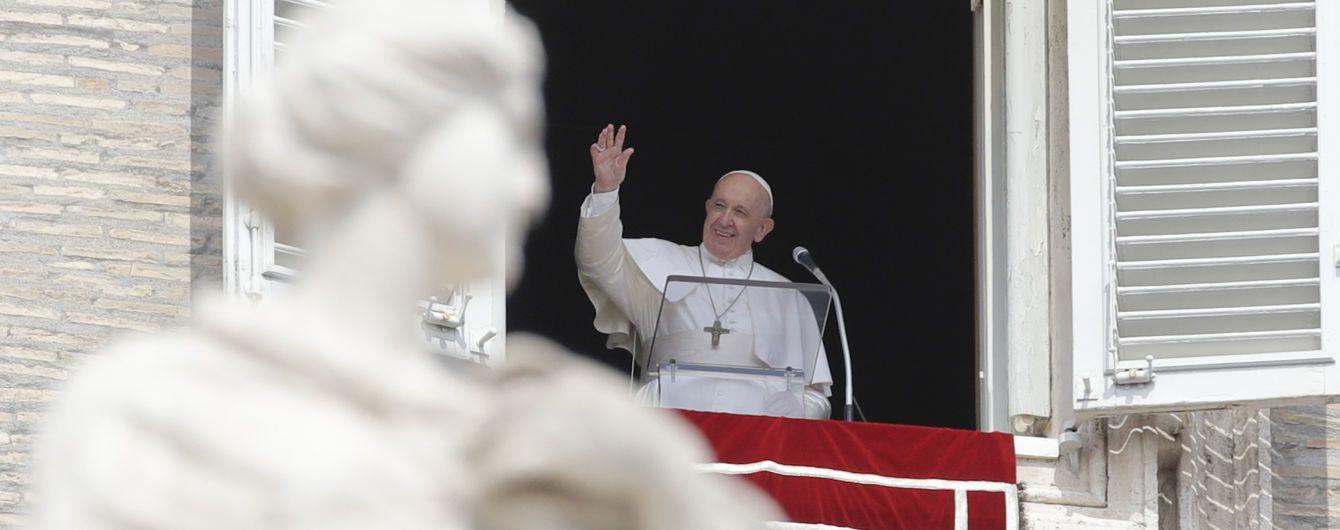 Папа Римский опоздал на молитву, потому что застрял в лифте