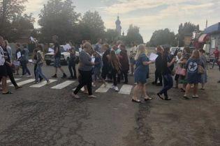 Учителя заблокировали дороги в Первомайске из-за закрытия двух школ
