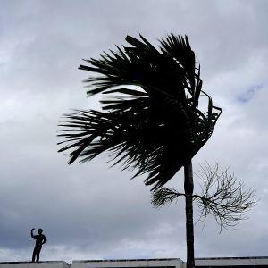 """Ураган """"Умберто"""" усилился до третьей категории и приближается к Бермудским островам"""