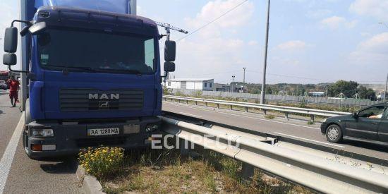 У Києві водій фури помер під час руху