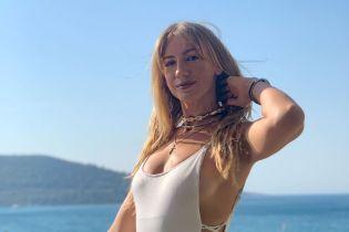 Леся Никитюк в сверхоткровенном купальнике со шнуровкой похвасталась фигурой
