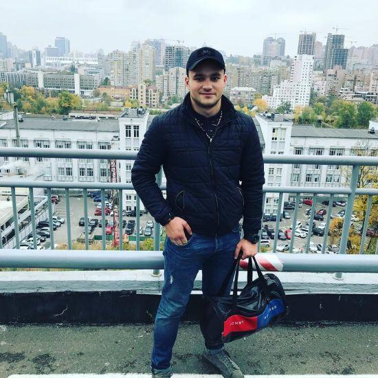 """""""Чувствую себя Богом"""". У Мережі опублікували відео одеського поліцейського з пляшкою за кермом"""