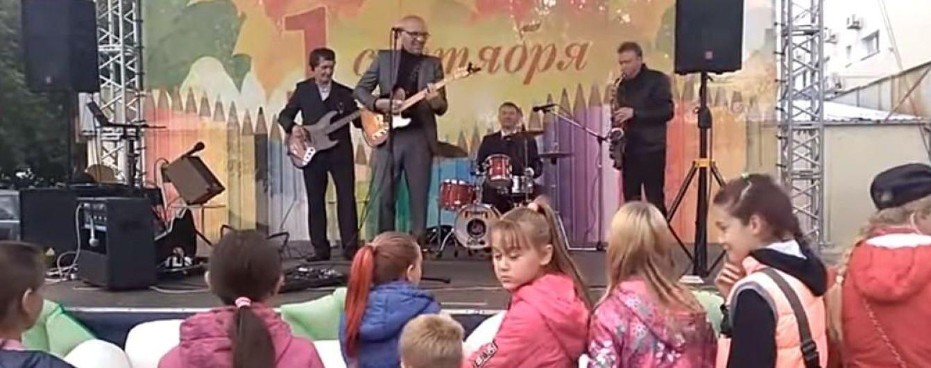 """В России школьников поздравили с Днем знаний """"Рюмкой водки на столе"""""""