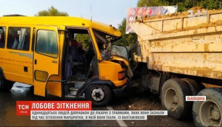 На Львовщине маршрутка столкнулась с грузовиком, есть травмированные