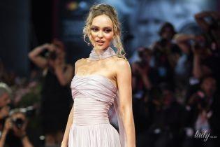 В вечернем платье и красивом костюме от Chanel: Лили-Роуз Депп на Венецианском кинофестивале