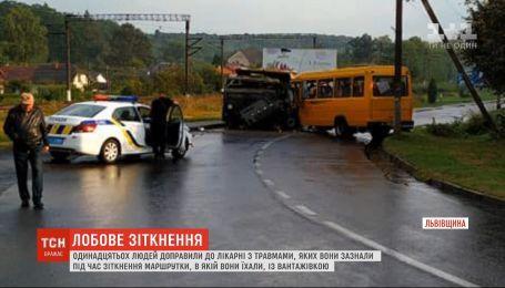 Полная людей маршрутка столкнулась с грузовиком во Львовской области