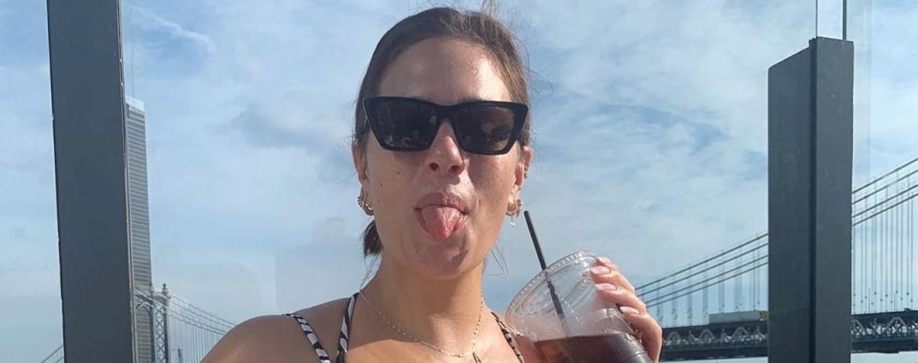 Ничего не стесняется: Эшли Грэм в купальнике показала подросший живот