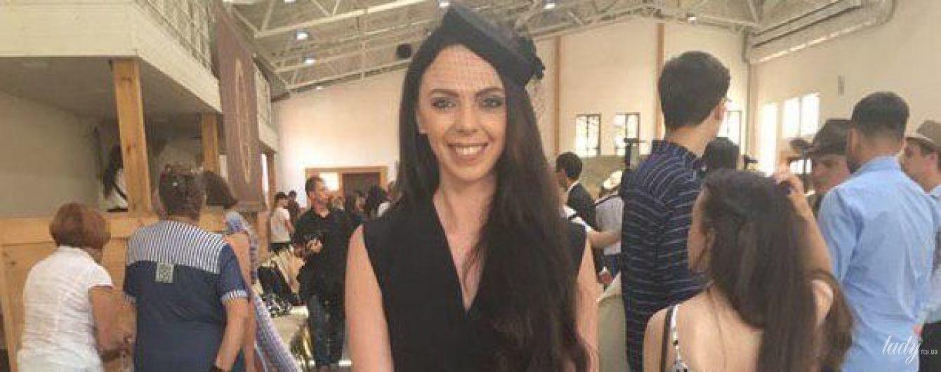 В элегантной шляпке и комбинезоне: Sonya Kay сходила на фэшн-показ в конный клуб