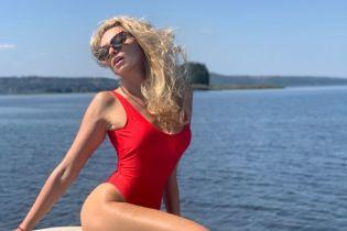 Соблазнительная Оля Полякова едва прикрыла пышную грудь ярким купальником