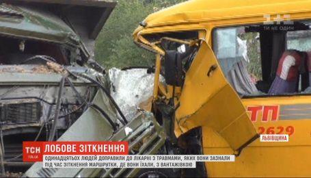 11 человек госпитализировали после столкновения маршрутки с грузовиком во Львовской области