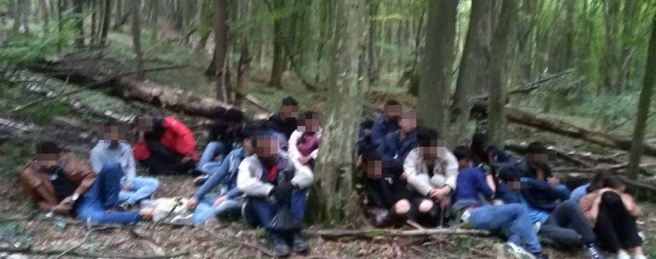 На Закарпатье на словацкой границе со стрельбой задержали два десятка нелегалов из Азии