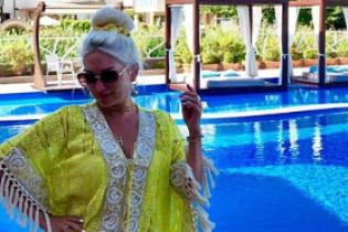 Звезды на отдыхе: Екатерина Бужинская в купальнике-бандо продемонстрировала фигуру