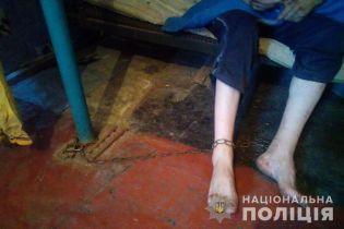 На Днепропетровщине мать посадила на цепь взрослого сына ради пенсии