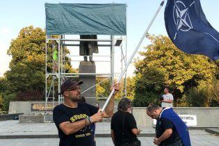 В Праге спрятали за брезентом заляпаный краской памятник советскому маршалу