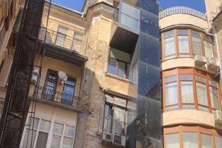 """На известном в Одессе """"доме с самым длинным балконом"""" появился частный лифт"""