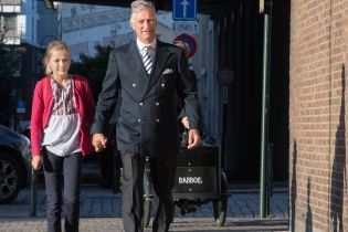 Дочь короля Бельгии пошла в школу в украинской вышиванке: появились фото