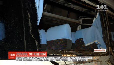 На Прикарпатье маршрутка столкнулась с фурой, один человек погиб