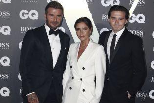 Вся в белом и в компании любимых мужчин: Виктория Бекхэм на светской церемонии