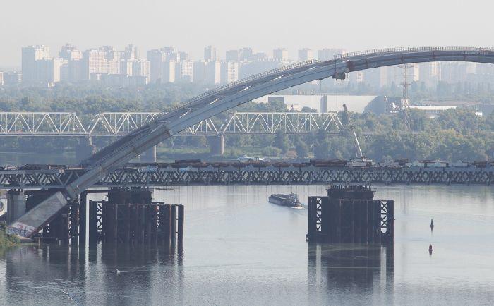 В Киеве на Подольском мосту демонтируют временные опоры