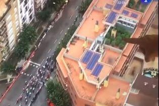 В Испании случайно нашли крышу с коноплей во время съемок велогонки с воздуха