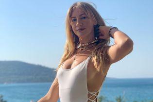 Белый, зеленый и с принтом: Леся Никитюк демонстрирует сексуальную фигуру в стильных купальниках